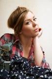 Costureira da mulher que levanta perto da máquina de costura Imagem de Stock Royalty Free