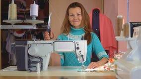 Costureira da mulher que trabalha no estúdio da costura video estoque