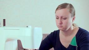 A costureira da mulher trabalha em casa Close-up da máquina de costura filme
