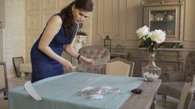Costureira e desenhador de moda no trabalho Calço da tração da jovem mulher no pano no estúdio do alfaiate