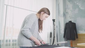 Costureira e desenhador de moda no trabalho Tabela para esboçar video estoque