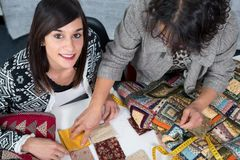 Costureira e seu aprendiz com tela para retalhos Fotografia de Stock Royalty Free