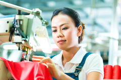 Costureira em uma fábrica chinesa de matéria têxtil Imagens de Stock Royalty Free