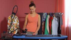 A costureira está guardando um ferro em sua mão vídeos de arquivo