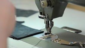 A costureira está trabalhando para a máquina de costura video estoque