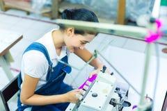 Costureira indonésia em uma fábrica de matéria têxtil Foto de Stock Royalty Free