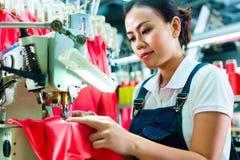 Costureira em uma fábrica chinesa de matéria têxtil Fotos de Stock