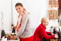 Costureiras que trabalham junto Fotografia de Stock Royalty Free