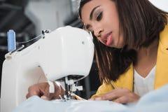 Costurera afroamericana que trabaja con la máquina de coser Imágenes de archivo libres de regalías