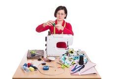 Costurera de la mujer en la máquina de coser Imagen de archivo