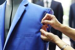 Costurera de los hombres, un traje hecho a medida Fotos de archivo libres de regalías
