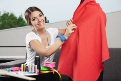 Costurera de sexo femenino Imagenes de archivo