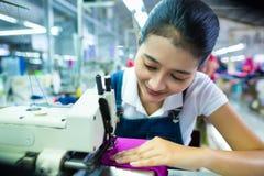 Costurera indonesia en una fábrica de la materia textil Imagen de archivo libre de regalías