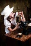 Costurera joven con la lámpara vieja Imagenes de archivo