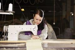 Costurera joven en el trabajo Imagen de archivo libre de regalías