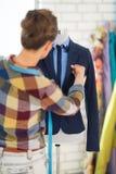 Costurera que ajusta el traje en maniquí Visión trasera Imagen de archivo libre de regalías