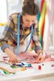 Costurera que trabaja con la ropa Foto de archivo libre de regalías