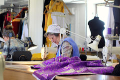 Costurera que trabaja en el taller de costura Imagen de archivo