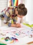 Costurera que trabaja en estudio Fotos de archivo libres de regalías