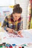 Costurera que trabaja en estudio Foto de archivo