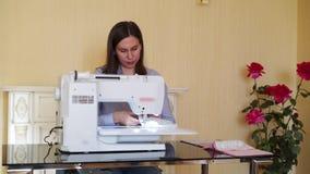 Costurera que trabaja en la máquina de coser almacen de video
