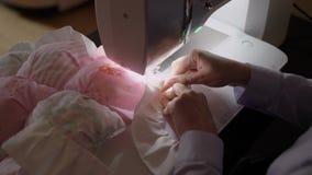 Costurera que trabaja en la máquina de coser almacen de metraje de vídeo