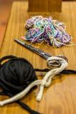 Costurera Table, con la bola del trapo, los hilos, y las tijeras fotografía de archivo