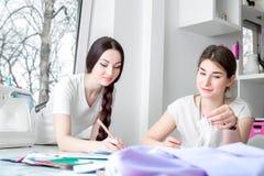 Costureras que trabajan en el taller de costura imagen de archivo libre de regalías
