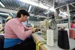 Costureras que trabajan en fábrica de la ropa Imágenes de archivo libres de regalías