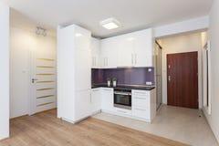 Cosy квартира - countertop кухни стоковые изображения