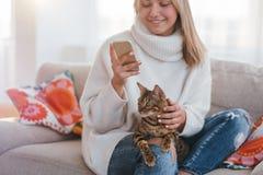 Cosy domowy rodziny Bengal kota dziewczyny migdalić fotografia stock