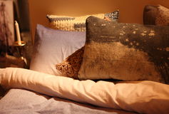 Cosy und stilvolle Bettwäsche Stockfotografie