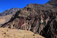 Cotahuasi jar Peru, Samochód dostawczy Camping na przegapiać platformę Zdjęcie Stock