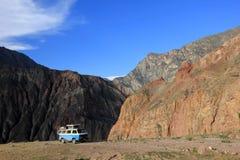 Cotahuasi kanjon Peru, skåpbil som campar på att förbise plattformen Royaltyfria Foton