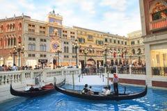 COTAI pasek, MACAU, CHINA-AUGUST 22 gość na gondoli łodzi w V Zdjęcie Royalty Free