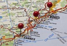Cote d'Azur en un mapa con los pernos del empuje Foto de archivo