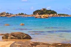 Cote de granit Ro, Brittany seglar utmed kusten nära Ploumanach Royaltyfri Fotografi