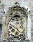 Cote des bras à la façade du palais papal à Avignon, France images stock