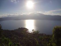 Cotepeque sjösolnedgång royaltyfri fotografi