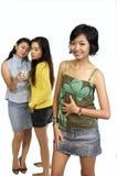Cotilleo de dos muchachas detrás de otra parte posterior de la muchacha Fotografía de archivo libre de regalías
