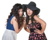 Cotilleo de dos mujeres del Latino Foto de archivo libre de regalías
