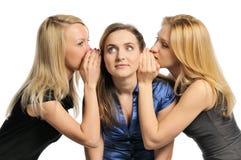 Cotilleo de tres chicas jóvenes Imágenes de archivo libres de regalías