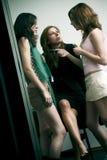 Cotilleo de tres muchachas Imagen de archivo libre de regalías