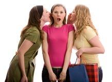 Cotilleo de tres muchachas. Aislado en blanco Foto de archivo libre de regalías