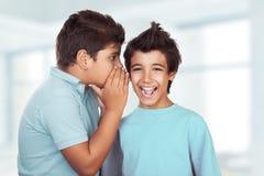 Cotilleo feliz de dos muchachos Fotografía de archivo
