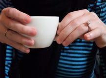 Cotilleo sobre el café Fotos de archivo libres de regalías