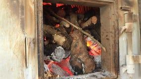 Coto de madeira no fogão da fábrica que queima-se para a energia quente do poder vídeos de arquivo