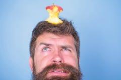 Coto quase comido longo da maçã da barba do moderno considerável do homem na cabeça como o alvo Objetivo de dieta Conceito vivo d foto de stock