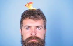 Coto quase comido longo da maçã da barba do moderno considerável do homem na cabeça como o alvo Objetivo da perda de peso Cara ca imagem de stock royalty free