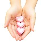 Coto rosado de la melcocha en la mano de la mujer foto de archivo libre de regalías